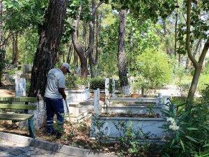 Mezarlıklarda bayram hazırlığı