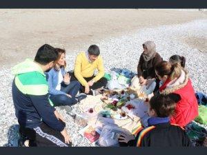 Türel çifti sahilde  vatandaşın yer sofrasında