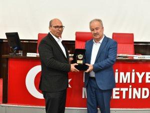 BAŞKAN ŞAHİN'DEN MECLİS ÜYELERİNE PLAKET