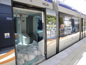 Tramvay yolcudan önce kum torbası taşıyor
