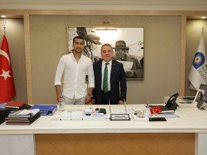 Dünya şampiyonu boksör Başkan Böcek'i ziyaret etti