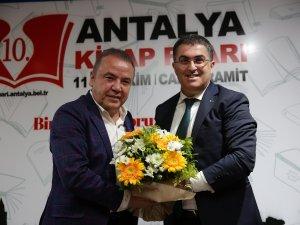 Antalya'da kitap coşkusu sürüyor
