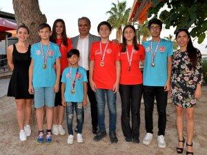 Şampiyonlar Başkan Uysal'la buluştu