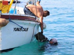 Denizden bir kamyon dolusu lastik çıktı