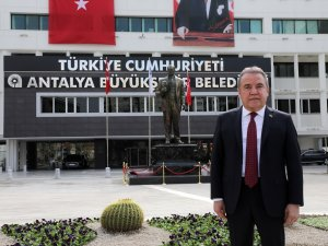 Antalya Büyükşehir Belediyesi önüne Atatürk heykeli konuldu