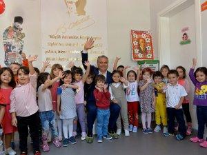 Başkan Uysal, küçük öğrencilerle