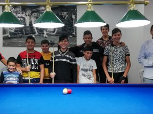 Zeytinköylü gençler ASSİM'de bilardo öğreniyor