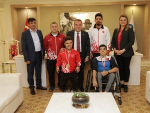 Şampiyon haltercilerden Başkan Böcek'e ziyaret