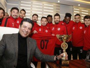 Şampiyonluk kupasını Başkan Genç'e hediye ettiler