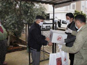Başkan Turgay Genç yardım kolisi, dezenfektan ve maske dağıttı