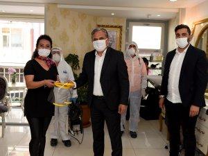 Berber ve kuaförlere yüz koruyucu maske