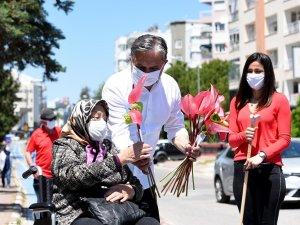 Muratpaşa, kıdemli kent sakinlerini sokakta çiçeklerle karşıladı