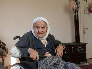 102 yaşındaki Fatma Nine'nin tekerlekli sandalye mutluluğu
