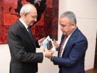 Muhittin Böcek Kılıçdaroğlu'na kitabını hediye etti