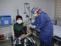 Halil Akyüz Huzurevi sakinlerine CoronaVac aşıları yapıldı