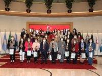 Başkan Böcek kadın personelinin Kadınlar Günü'nü çiçekle kutladı