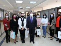 Başkan Tütüncü'den kadın personellere karanfil